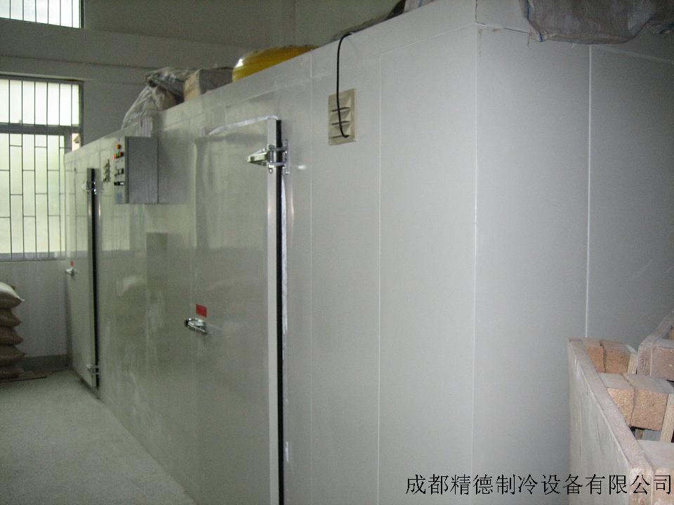 三、双温冷库特点:   1、机组: 制冷机组用一台集中供冷,降低运营成本,故障少,机组选用国产进口原装制冷机组;冷库的主要部件均选用国产进口知名品牌,这些都确保了冷库的配置合理、运行平稳、低耗高能、品质卓越。 2 、蒸发器: 高效的吊顶蒸发器或排管  3、控制系统: 采用先进的微电脑控制系统和先进的控制方法,液晶显示库内温度、开机时间、化箱时间、风机延时时间、报警指示和各项技术参数。操作简单,用户使用非常方便。    4、库板:一明采用优质的双面彩钢聚氨酯冷库板,占地面积小、保温性能好;库板厚一般采用10